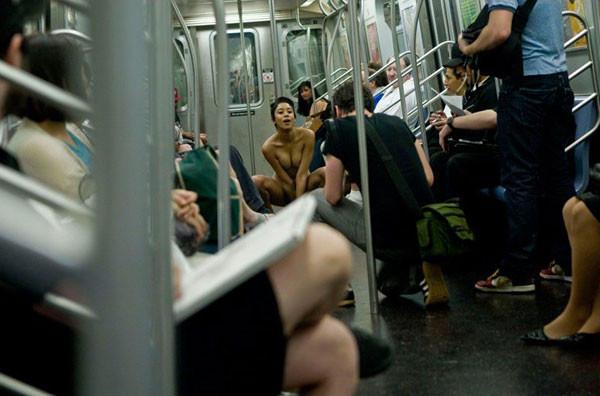 golaya-studentka-v-metro-minska