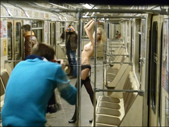 studentka-snyalas-golaya-v-metro
